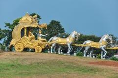 Золотая колесница Krishna около виска Murdeshwar в Индии стоковое фото