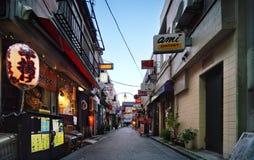 Золотая коммерчески улица в районе shinjuku ` s токио, где b стоковые изображения