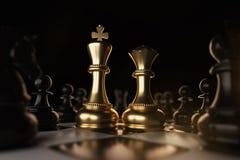 Золотая концепция шахматной фигуры короля и ферзя для конкуренции и стратегии дела иллюстрация вектора