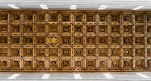 Золотая крыша собора Пизы в Италии, которая средневековый римско-католический собор предназначила к предположению девственницы ma Стоковое Фото