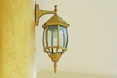 Золотая лампа на столбе стоковая фотография rf