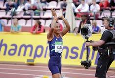 Золотая медаль выигрыша HIMA DAS Индии в 400 metrs на чемпионате мира U20 IAAF в Тампере, Финляндии стоковое фото