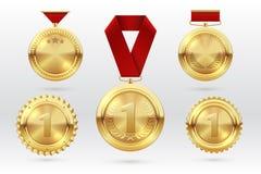 Золотая медаль Медали 1 золотые с красными лентами награды Первый приз трофея победителя размещения вектор комплекта сердец шаржа иллюстрация штока