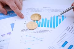 Золотая монетка знака btc лежа на крупном плане диаграммы stats Стоковая Фотография