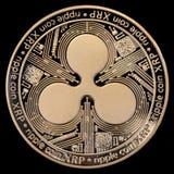 Золотая монетка пульсации XRP изолированная на черной предпосылке Стоковое фото RF