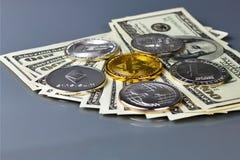 Золотая монетка Bitcoin и defocused предпосылка диаграммы стоковые изображения rf