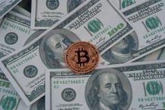Золотая монетка bitcoin на долларах США закрывает вверх стоковое изображение rf