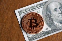 Золотая монетка bitcoin на долларах США закрывает вверх стоковые изображения rf