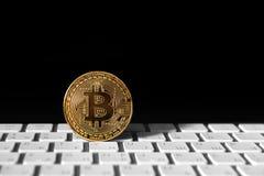 Золотая монетка Bitcoin на keybord Стоковая Фотография RF
