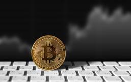 Золотая монетка Bitcoin на keybord Стоковое Изображение
