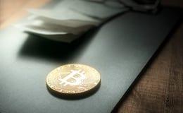 Золотая монетка bitcoin с Биллом Holderclose вверх Стоковая Фотография