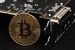 Золотая монетка bitcoin с графической карточкой стоковые изображения rf