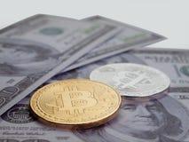 Золотая монетка bitcoin, с предпосылкой доллара Стоковые Фотографии RF