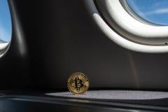 Золотая монетка bitcoin с светами яркого блеска стоковые изображения