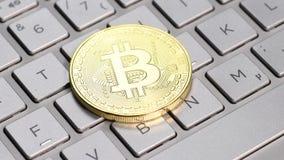 Золотая монетка bitcoin видеоматериал