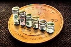 Золотая монетка krugerrand при доллары формируя падать шагает Стоковое Изображение