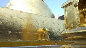 Золотая пагода в виске Wat Phra Singh буддийском на Чиангмае, Таиланде сток-видео