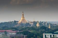 Золотая пагода на холме в столице ` s Бирмы Стоковые Фотографии RF