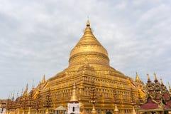 Золотая пагода на холме в столице ` s Бирмы Стоковая Фотография