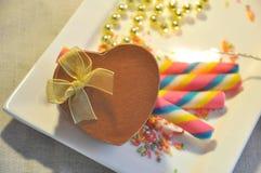 Золотая присутствующая коробка с вафлей радуги на белой плите Стоковая Фотография