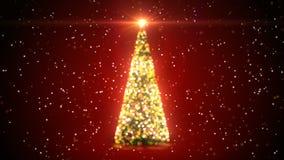 Золотая рождественская елка с мигающими огнями вращая на снежностях в Defocused нерезкости Bokeh на красной предпосылке Закреплен видеоматериал
