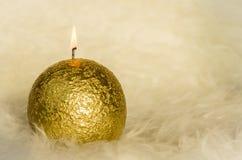 Золотая свеча горя против белой предпосылки меха Стоковая Фотография RF