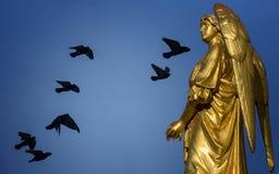 Золотая скульптура ангела бесплатная иллюстрация