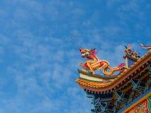 Золотая скульптура дракона на крыше с предпосылкой красивого цвета и голубого неба Стоковая Фотография