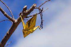 Золотая смертная казнь через повешение крана Origami от дерева вишневого цвета Стоковое Фото