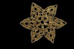 Золотая снежинка рождества изолированная на черной предпосылке стоковая фотография rf