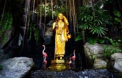 Золотая статуя Будды в саде Стоковые Фото