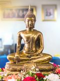 Золотая статуя Будды на цветке стоковые изображения rf