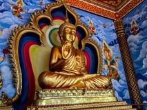 Золотая статуя Будды окружила настенной росписью рая стоковые изображения