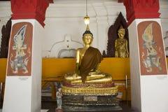 Золотая статуя Будды Wat Phra Mahathat Woramahawihan в Nakhon Si Thammarat, Таиланде Стоковое Изображение RF