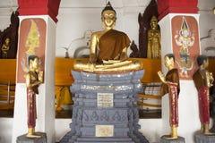Золотая статуя Будды Wat Phra Mahathat Woramahawihan в Nakhon Si Thammarat, Таиланде Стоковое Изображение