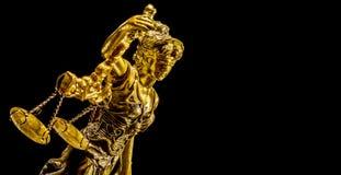 Золотая статуя дамы правосудия стоковое фото rf