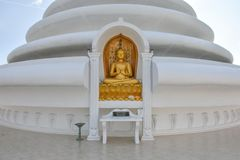 Золотая статуя budda на пагоде мира в Шри-Ланка стоковые изображения