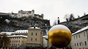 Золотая сфера в главной площади Зальцбурга в зимнем времени акции видеоматериалы