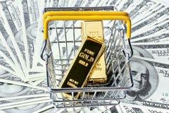 2 золота в слитках в корзине на много из банкноты Стоковые Фотографии RF