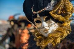 Золотистая венецианская маска масленицы Стоковое Изображение RF