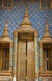 Золотистая дверь на Wat Phra Kaew, виске изумруда Стоковые Фото