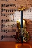 золотистая скрипка нот иллюстрация штока