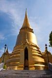золотистое грандиозное stupa Таиланд дворца s Стоковые Изображения RF