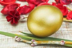 Золотистое пасхальное яйцо. Стоковая Фотография RF