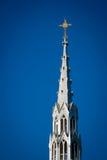 Золотистое распятие на высокорослом Steeple церков Стоковое Изображение RF