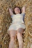 золотистое сено лежит детеныши женщины стоковое изображение rf