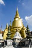 Золотистое Stupa на Wat Phra Kaew, виске изумрудного Будды Стоковое фото RF