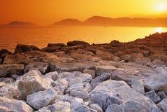 золотисто над заходом солнца утесов Стоковое Изображение RF