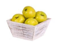 Золотисто - очень вкусный яблоки в деревянном контейнере стоковая фотография rf