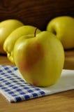 Золотисто - очень вкусный яблоко стоковое изображение rf